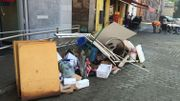 A Dison, devant les habitations, les déchets liés aux inondations sont entassés sur les trottoirs