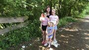 Stéphanie Lincé et ses filles devant la chaîne de 450 pierres à Gemmenich