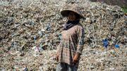 """Les montagnes de déchets importés, """"trésor"""" d'un village d'Indonésie"""