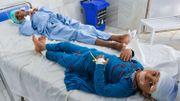 Des enfants reçoivent des soins médicaux à l'hôpital après avoir été blessés dans l'explosion d'une bombe à Alishang, dans la province de Laghman, le 16 octobre 2019. Au moins trois personnes ont été tuées et une vingtaine d'autres blessées lorsqu'un camion piégé des Taliban a explosé près d'un poste de police rural et partiellement a détruit une école religieuse à proximité, ont déclaré des responsables afghans.