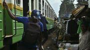 Le train frôle les habitations de Kibera