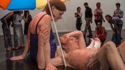 Les sculptures réalistes de Ron Mueck s'installent à Rio