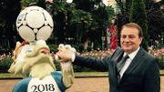 Le maire de Sotchi, Anatoly Pakhomov, pose à côté de la mascotte de cette coupe du monde 2018. Zabivaka.