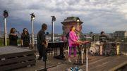 Typh Barrow fête son anniversaire dans un showcase étincelant sur le toit du Cinquantenaire