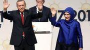 Le Premier ministre turc Erdogan et sa femme Emine sont acclamés par l'assistance, le 1er juillet à Ankara, après avoir été proclamé candidat à la prochaine présidentielle