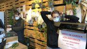 Dans ce magasin, le personnel s'équipe de masques et de gants