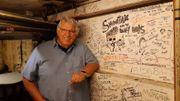 Les murs des loges sont recouverts des signatures d'artistes qui se sont produits au Spirit.