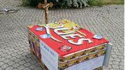Ce jeudi, les ouvriers ont construit un petit cercueil à l'aide de palettes, histoire d'enterrer leurs emplois.
