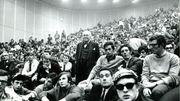 Une assemblée libre dans l'auditoire Janson de l'ULB. Au premier plan, presque au centre de l'image, Willy Decourty, 23 ans.
