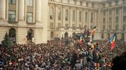 Des citoyens roumains agitent le drapeau national lors d'une manifestation anti-communiste sur la place de la République à Bucarest, le 21 décembre 1989.