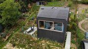 Deux nouvelles petites maisons compactes mais bien implantées dans leur environnement