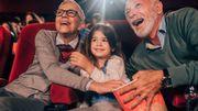 Les petits-enfants invitent papy et mamy au ciné