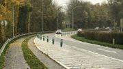 Dans le virage en amont du carrefour, la circulation est ramenée sur une seule bande, pour forcer les automobilistes à ralentir.