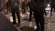 Les policiers ont encerclé le bout de la rue de la Loi qui mène au Parlement