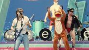 Green Day fait une blague à Weezer en débarquant sur scène pendant leur concert dans des costumes bizarres