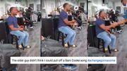 Un homme éblouit tous les clients de ce salon de coiffure en chantant une chanson de Sam Cooke