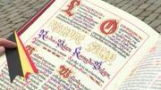"""Lors de la cérémonie au Palais Royal, chaque noble reçoit ses """"Lettres Patentes"""". Des pages très coûteuses, aux lettres dorées."""
