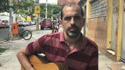 Eduardo, professeur d'histoire de la musique dans un collège de Rio.