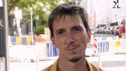 """Thibault Sartori déclame dans les rues de Bruxelles """"SMS de Cologne"""" de Vincent Macaigne"""