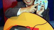 Shigeru Miyamoto, créateur et producteur de jeux vidéo japonais, pose avec dans les mains une Nintendo 64 en mai 1996.
