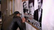 """Les portes du palais des congrès, placardées d'affiches hostiles à la tenue du meeting (image extraite d""""'un reportage  de la chaîne Imedi)"""