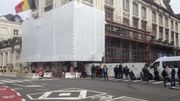 Des barrières bâchées bloquent l'accès à la rue Ducale.