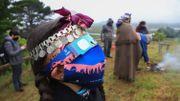 Une famille indigène mapuche regarde l'éclipse totale de soleil à Carahue, région de l'Araucanie au sud du Chili, le 14 décembre 2020. Une éclipse solaire qui a duré environ deux minutes a plongé le sud du Chili et de l'Argentine dans l'obscurité lundi
