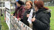 Des familles de victimes à l'extérieur du Tribunal pénal international.