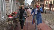 Fanny et ses deux (trois) ânes parcourent les rues de Marche-en-Famenne