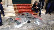 Les boucliers cassés déposés dans la cour de l'hôtel de ville