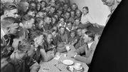 Adolf Hitler, à droite, est assis dans un café avec des admirateurs.