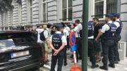Les manifestants tentant de passer par l'arrière du Parlement.