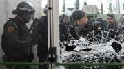 la police entre de force dans un bureau de vote à Gérone