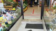 Dans les supérettes, des lignes de démarcation sont notifiées au sol pour respecter les mesures de distanciation sociale