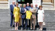 Eddy Merckx remet un maillot jaune au Roi Philippe à l'occasion du passage du Tour à Bruxelles