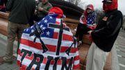 Un drapeau américain, une mitraillette M16 à lunette et une croix.