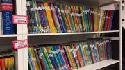 Si une question d'élève provient d'un manuel scolaire, les enseignants peuvent aller piocher sur l'une de ces étagères. Elles contiennent pratiquement tous les manuels de toutes les matières enseignées au Québec,