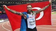 Drapeau azéri autour du cou, drapeau turc brandi, Guliyev a rendu hommage à ses deux pays