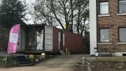 Le container-librairie est installé juste à côté de la maison de Laurence