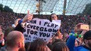A sa demande, un spectateur monte sur scène et accompagne Coldplay au piano