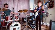 "Arctic Monkeys : Nandi Bushell s'associe à Matt Helders pour une reprise de ""I Bet You Look Good on the Dancefloor"""