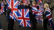 Quelques dizaines de contre-manifestants affichant leur loyauté à la Couronne britannique s'étaient aussi déplacés George Square. Ils ont été tenus à l'écart.