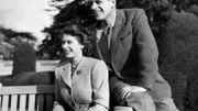 La princesse Elisabeth et le prince Philip posent devant les photographes durant leur lune de miel aux Broadlands, le 25 novembre 1947