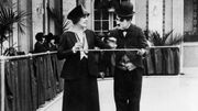 Un Charlie Chaplin en serveur maladroit et virtuose du patinage acrobatique, offert par la Cinematek