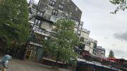 La Mairie, l'école et la cour de récréation.