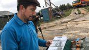 Vincent nous montre les photos de l'ancien moulin.