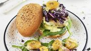 Recette: Burger de poulet, sauce banane curry, bananes rôties et pousses d'épinards
