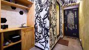 Un artiste prend les murs de son logement Airbnb pour des toiles