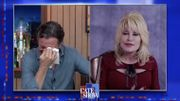 [Zapping 21] Dolly Parton fait pleurer Stephen Colbert avec un classique bluegrass