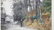 La carte postale - colorisée - qui a permis l'identification. Carte postale 'rue Daubigny, Auvers-sur-Oise' sur laquelle le tableau 'Racines' (1890) de Van Gogh est placée dessus